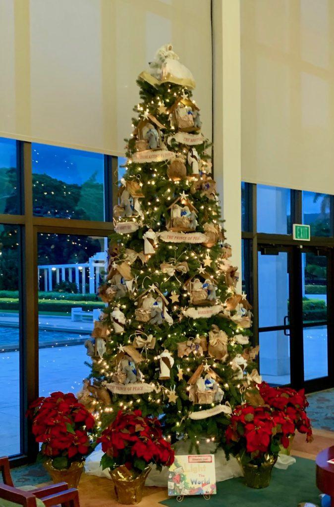 神殿を紹介する建物内のクリスマスツリー 装飾が白く美しい
