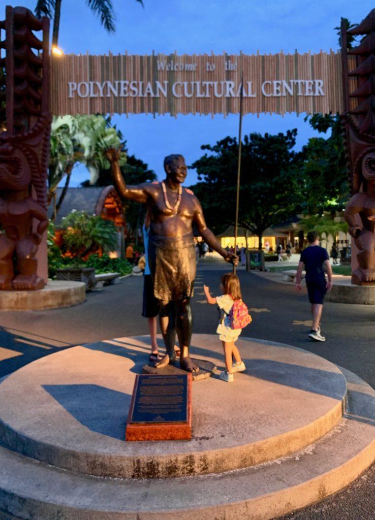 PCC入り口の銅像と娘