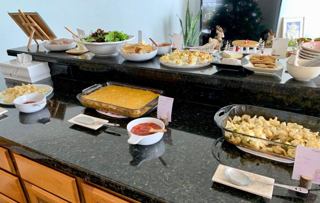カウンターキッチンに多くの料理が並ぶ とても美味しそう