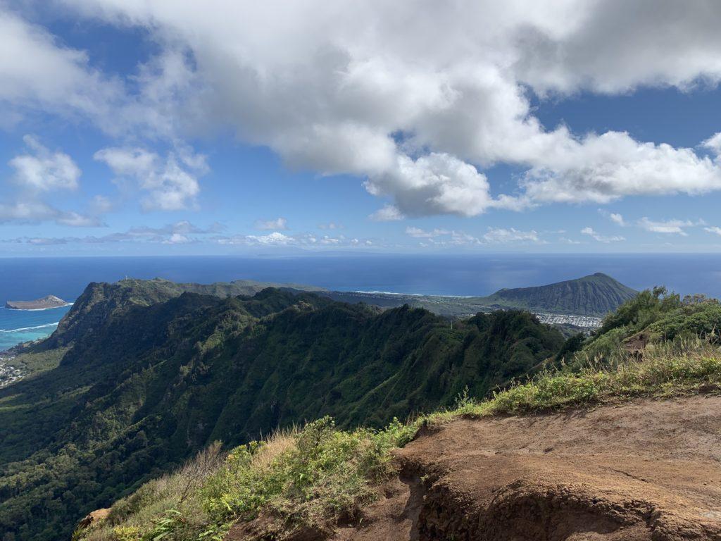 頂上からの景色 フカヒレ形の山が見える