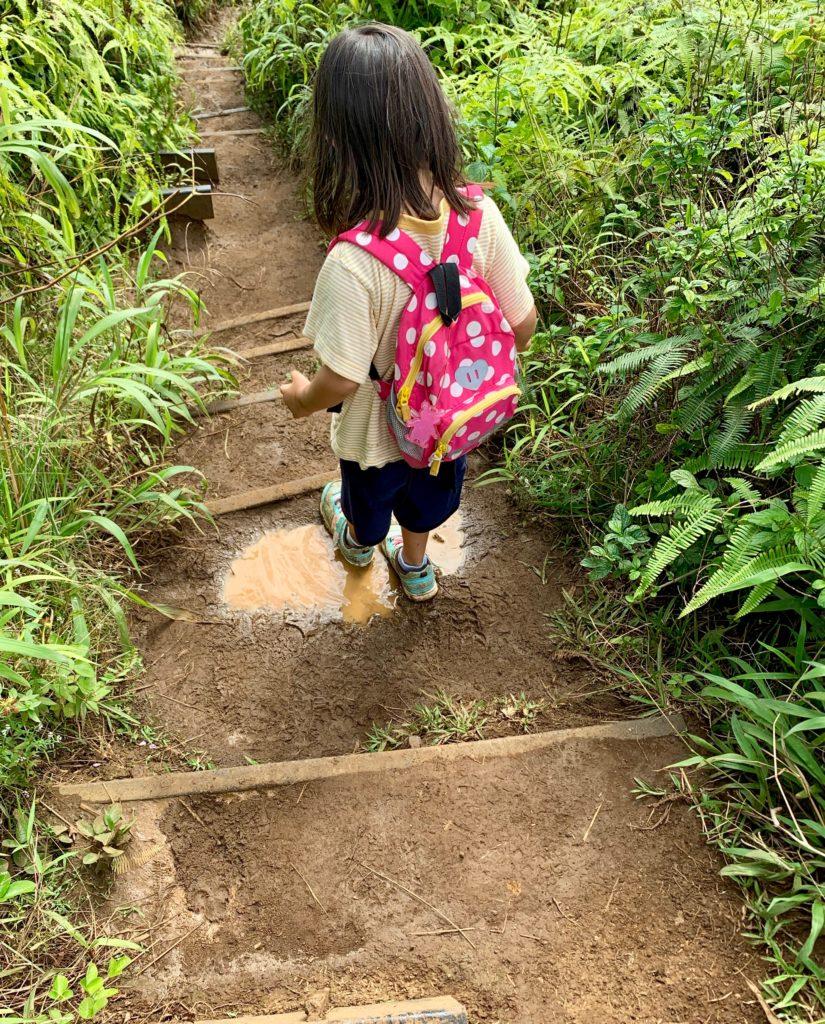 階段を降りる娘 水たまりに足が入っている