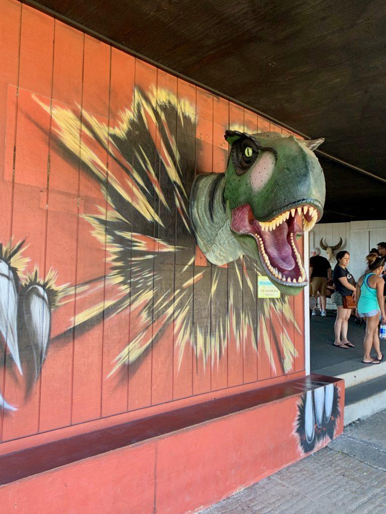 顔が飛び出た恐竜のウォールアート