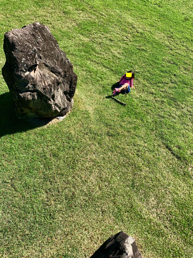 岩の上から見下ろした娘