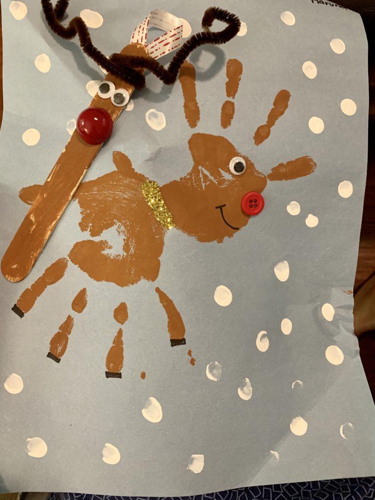 クリスマスの制作物 手形で作ったトナカイと棒でつくったトナカイ