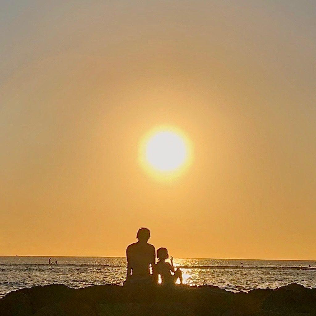 夕日をバックに私と娘でポーズ