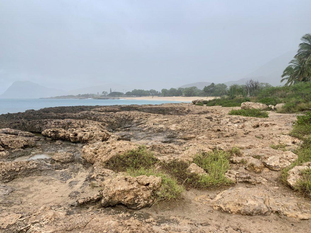 マーメイドケーブ入り口から見たナナクリビーチ