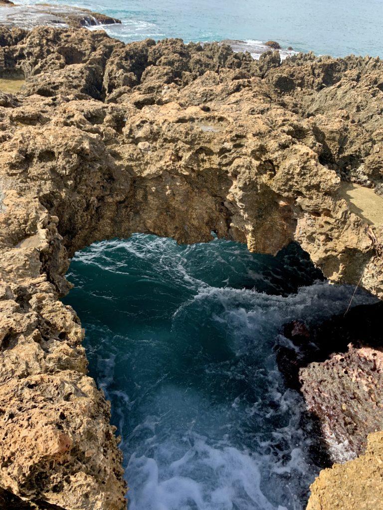 岩場に空いた穴