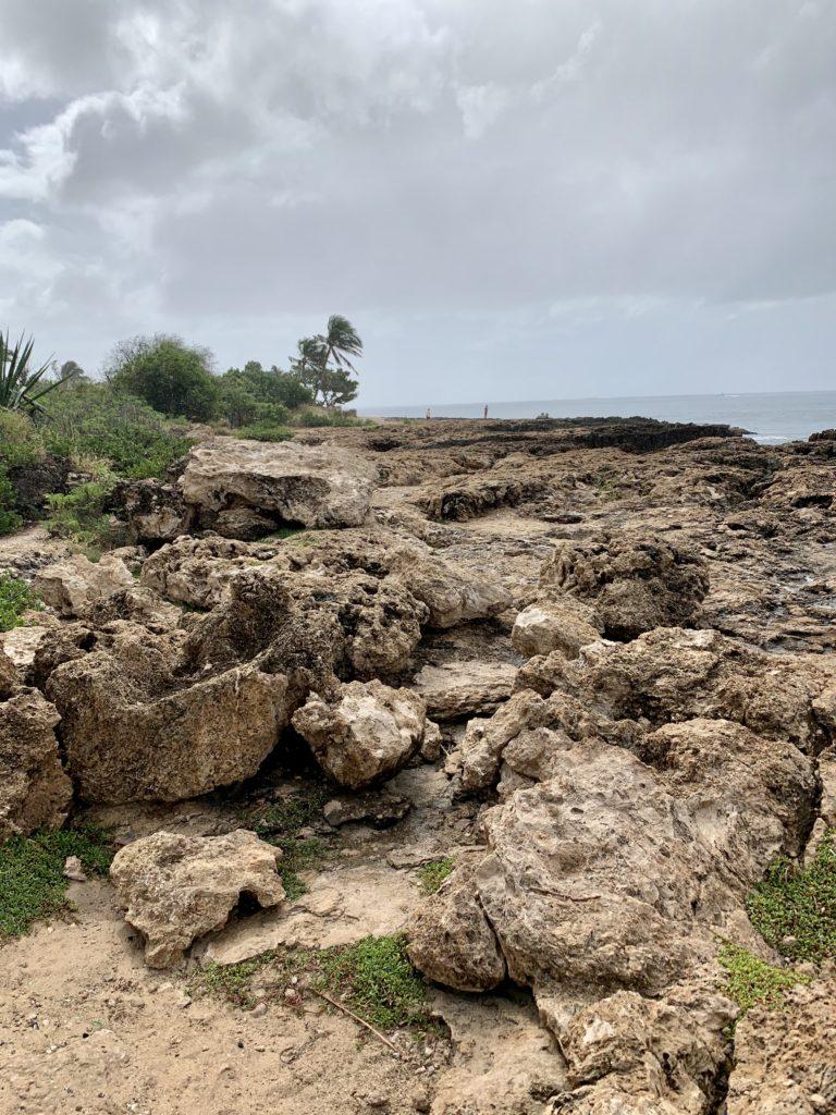 ナナクリビーチ隣の岩場