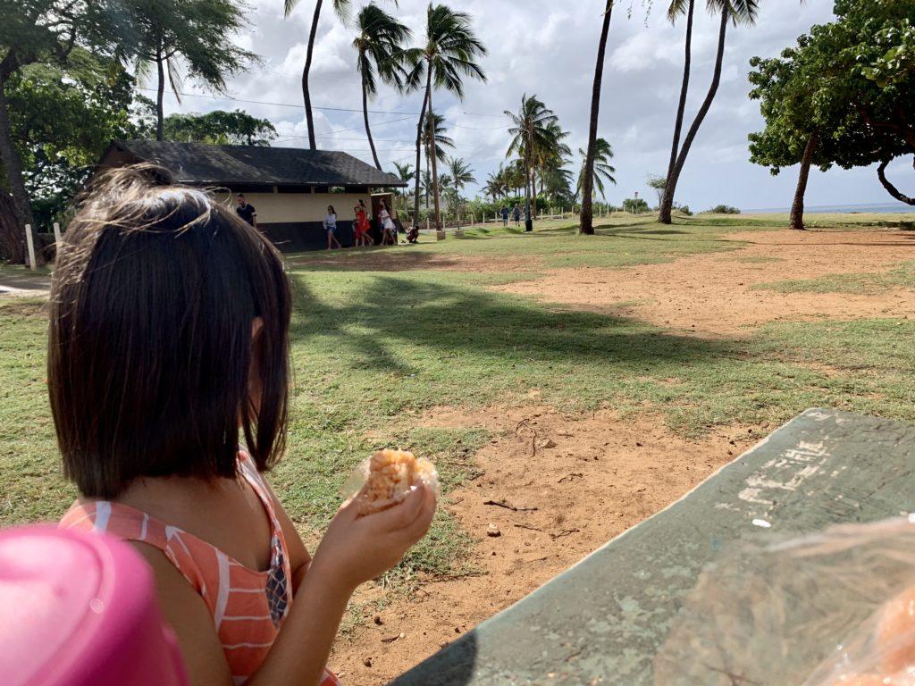 ナナクリビーチパークの机でお昼ご飯を食べる娘