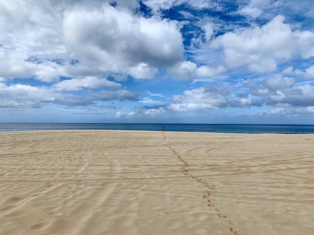 誰もいない広いビーチ