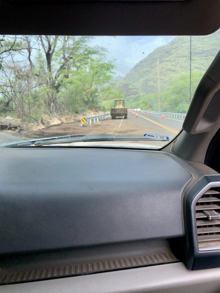 工事中のため歩行者道路がない道路 ここから洞窟まで車で送ってもらった
