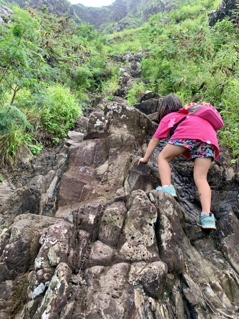 途中、急勾配の岩の階段が続く