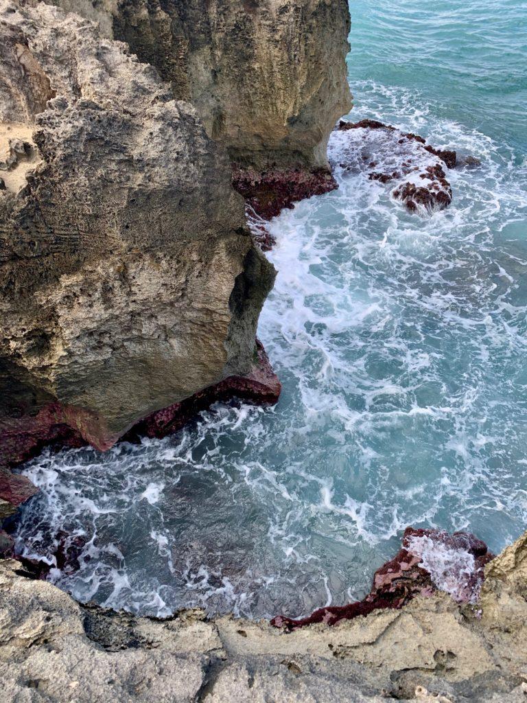 岩のしたには波が押し寄せている