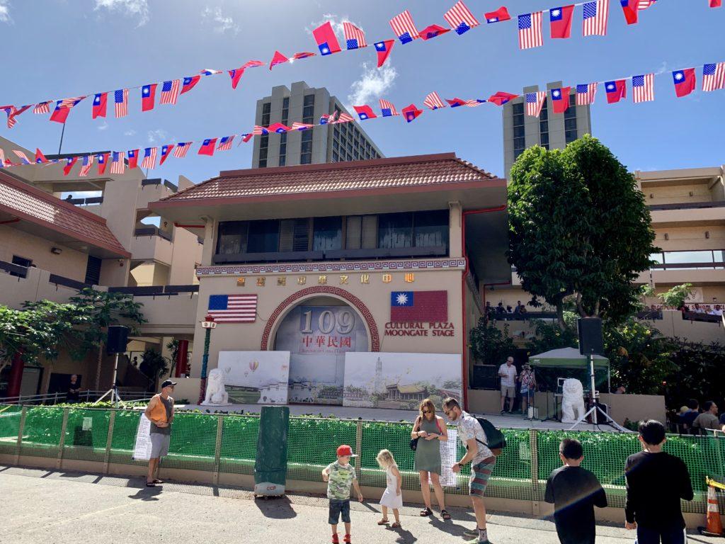 台湾国旗とアメリカ国旗がたくさん飾られている
