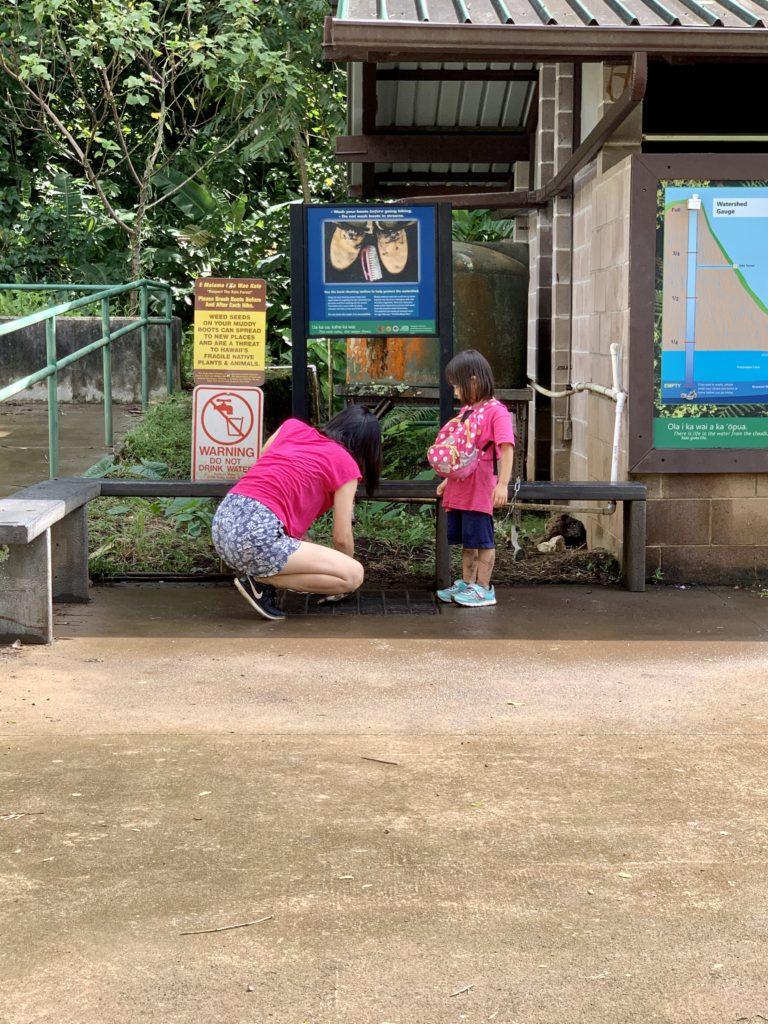 靴を洗う妻と娘