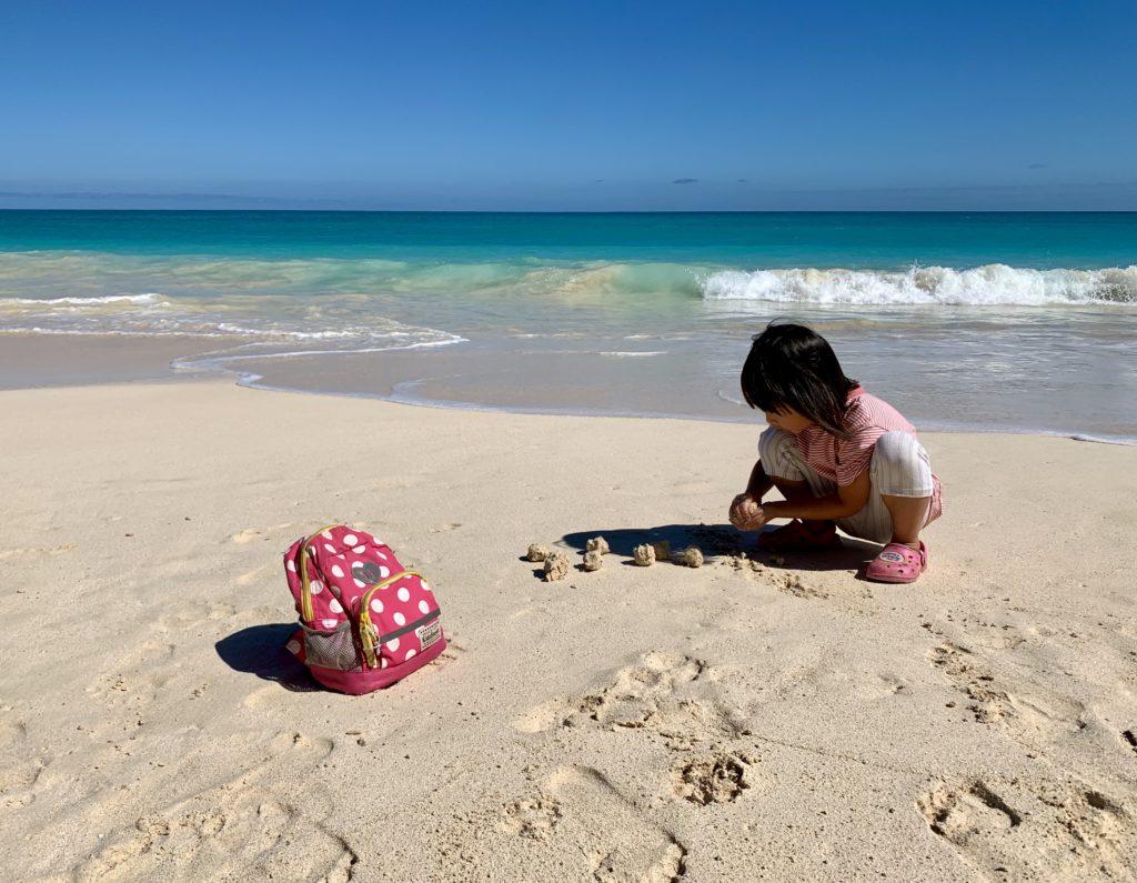 ワイマナロビーチで砂遊びをする娘 カメに捧げるおにぎりを作っている