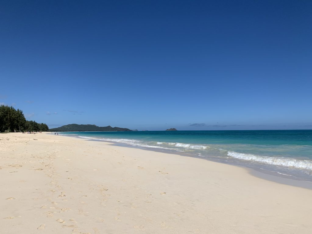 ワイマナロビーチ 真っ白の砂浜が続き、海はターコイズブルー。 人は全然いない。