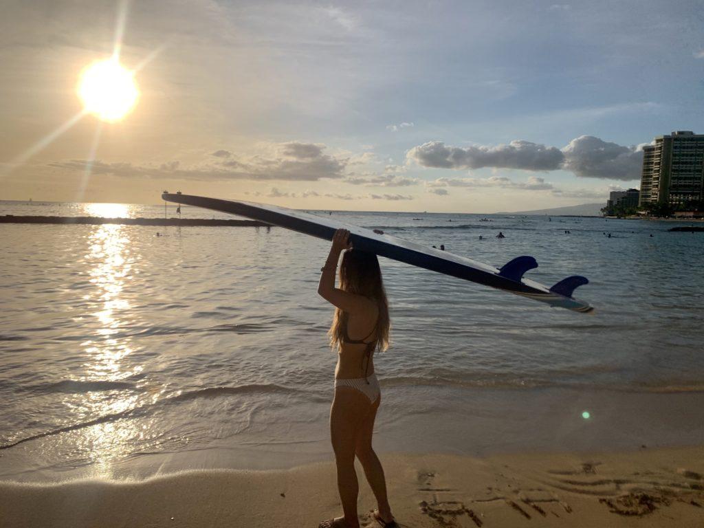 沈みかけの太陽とワイキキビーチ