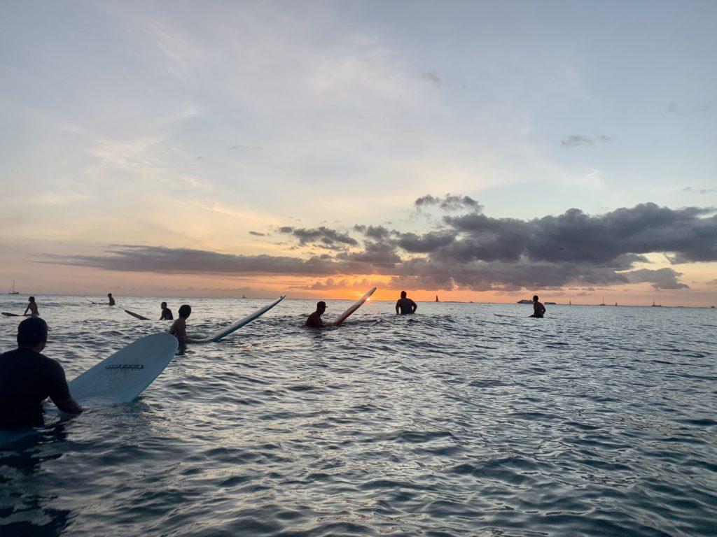 サンセットサーフィンの様子 カヌーズにはサーファーが多い