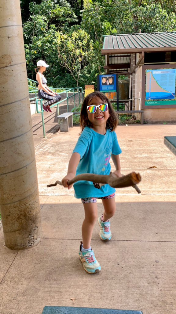 長い木の棒で戦う娘