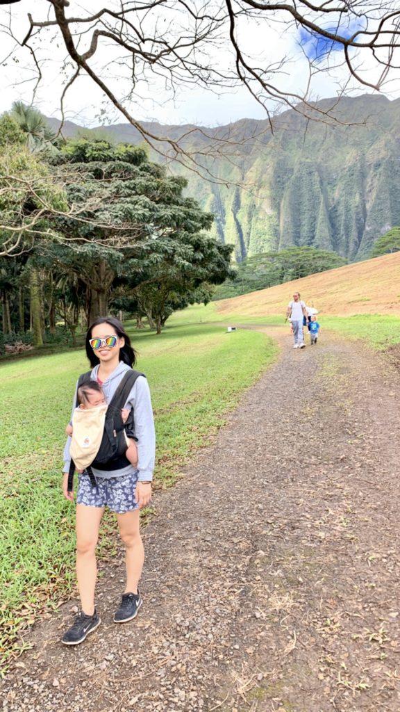 歩く妻と息子