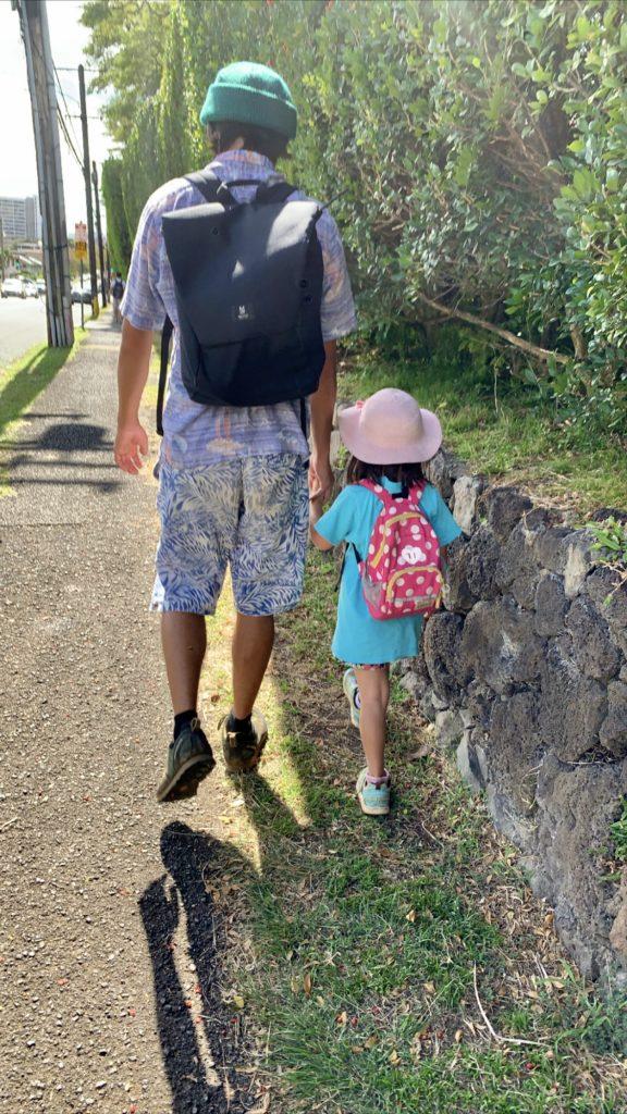 手を繋いでバス停までの道を歩く私と娘