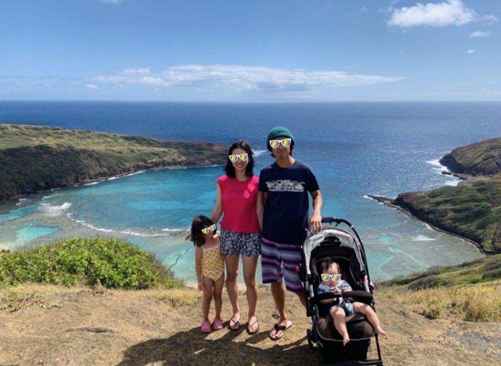 ハナウマベイを背景に家族4人の集合写真