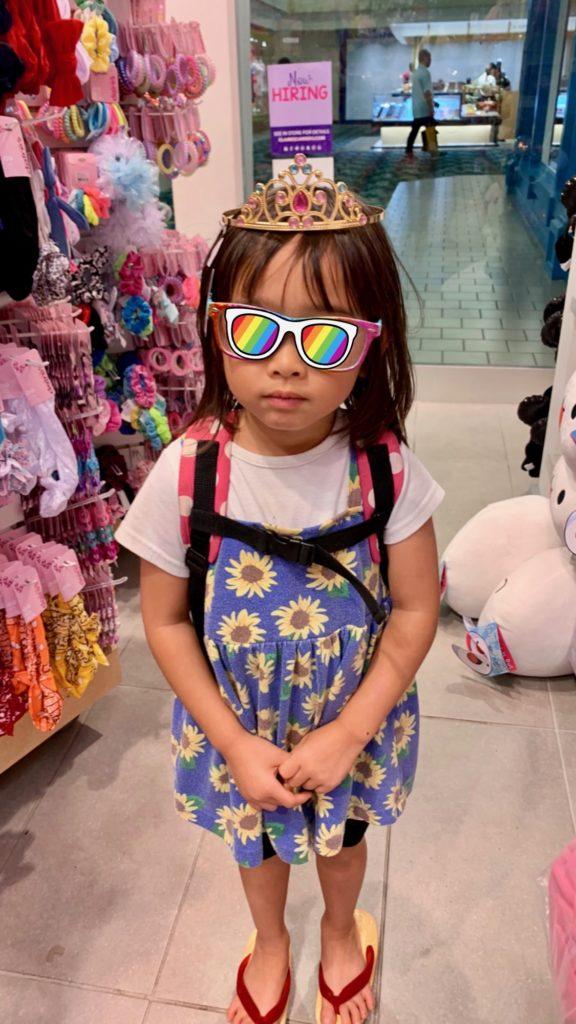 冠とメガネをかける娘