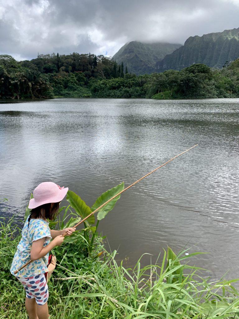 釣りをする娘