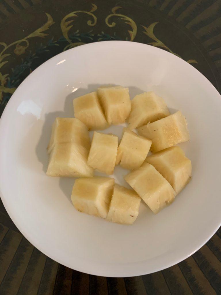盛り付けたハニークリームパイナップル