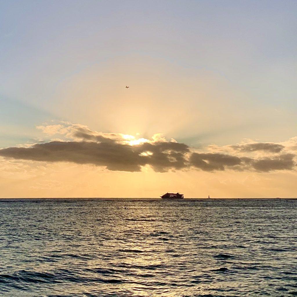 夕日と飛行機と船