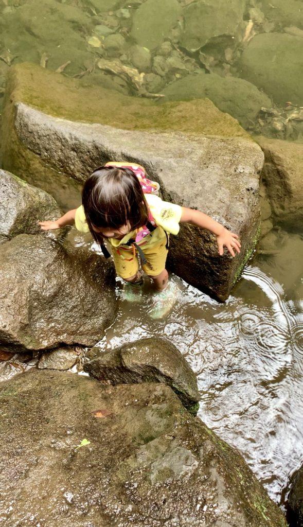 川の中に足をつける娘