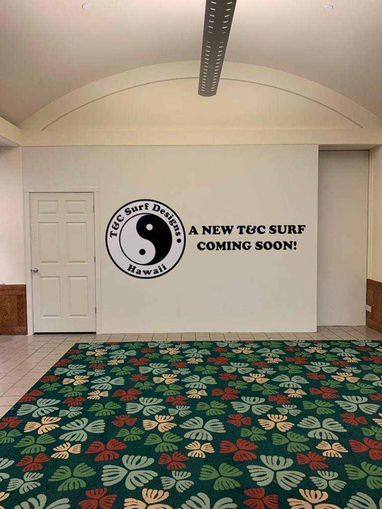 A NEW T&C SURF COMING SOON!と壁に描かれている