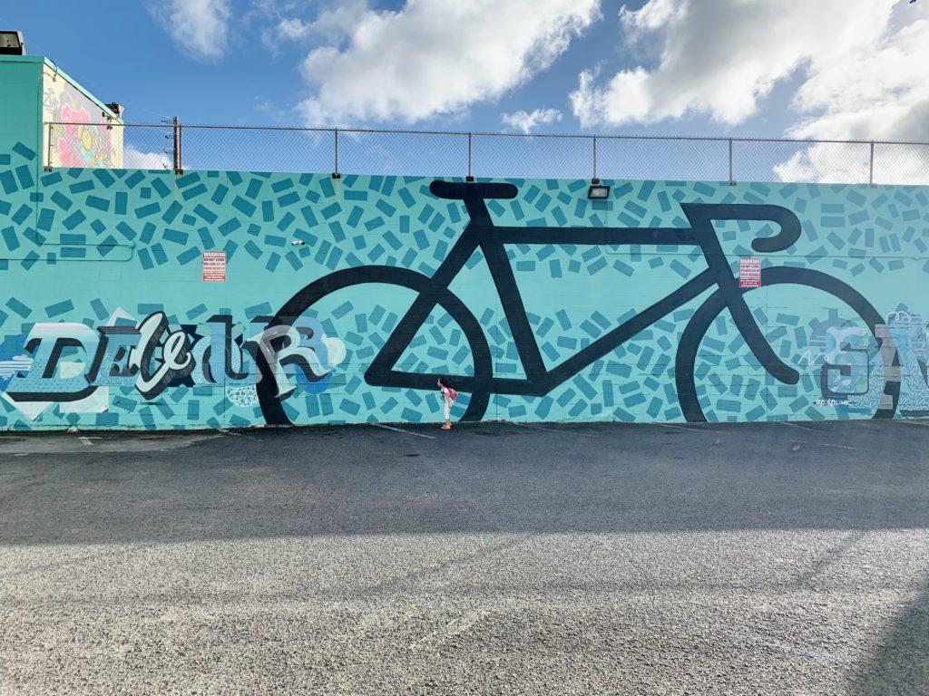 McCully Bicicleのお店の裏の巨大ウォールアート 壁一面を使った大きな自転車が描かれている