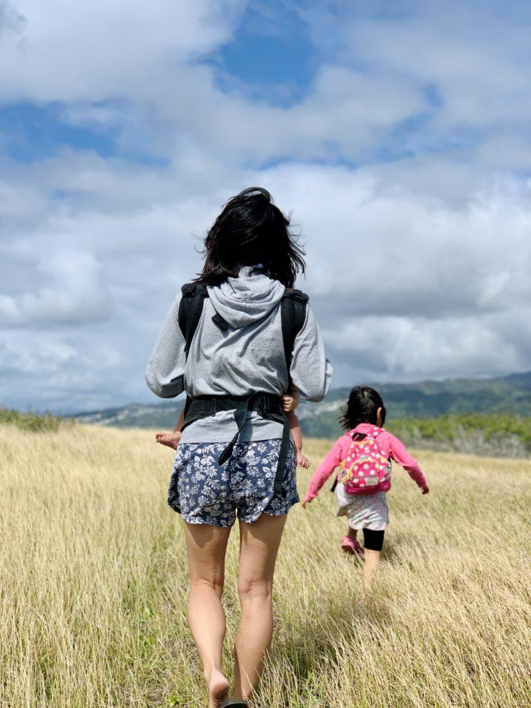妻と娘の写真 抱っこされる息子の手足も見える 背景の草が淡く良い色をしている