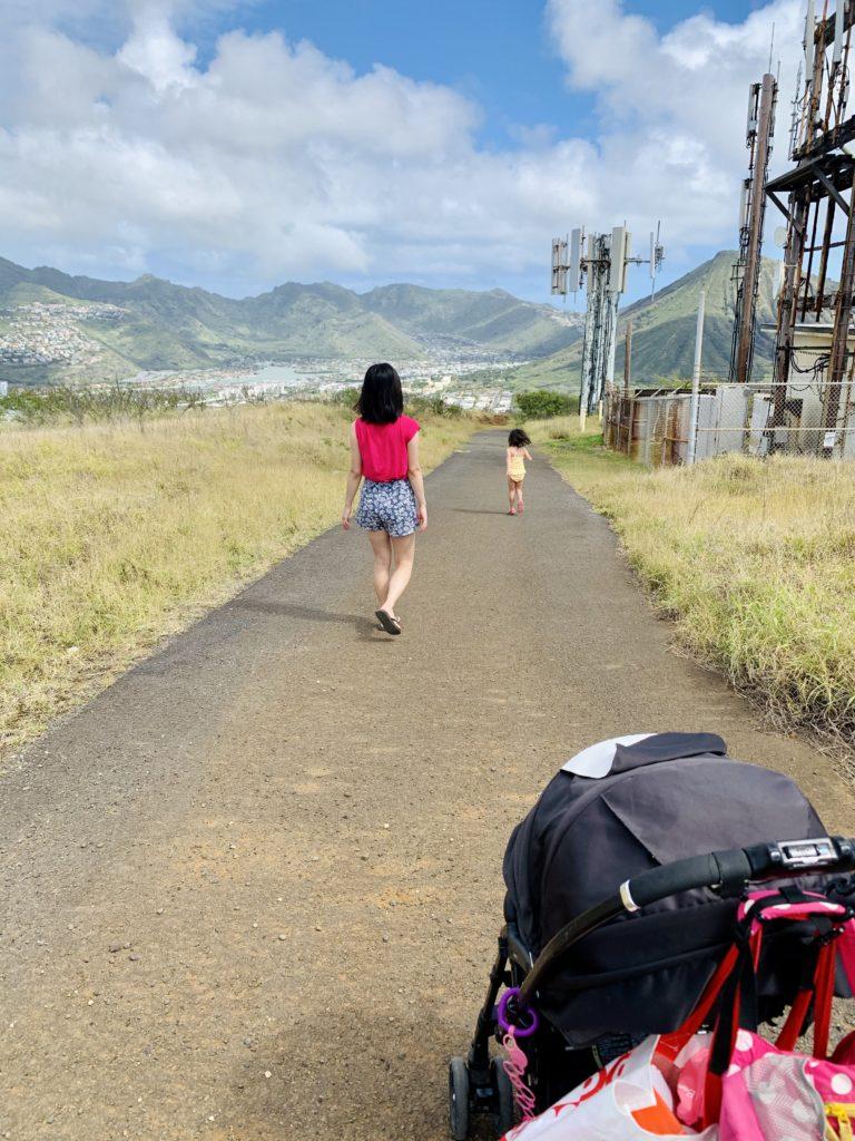 水着で走る娘と、歩く妻と、私が押しているベビーカー