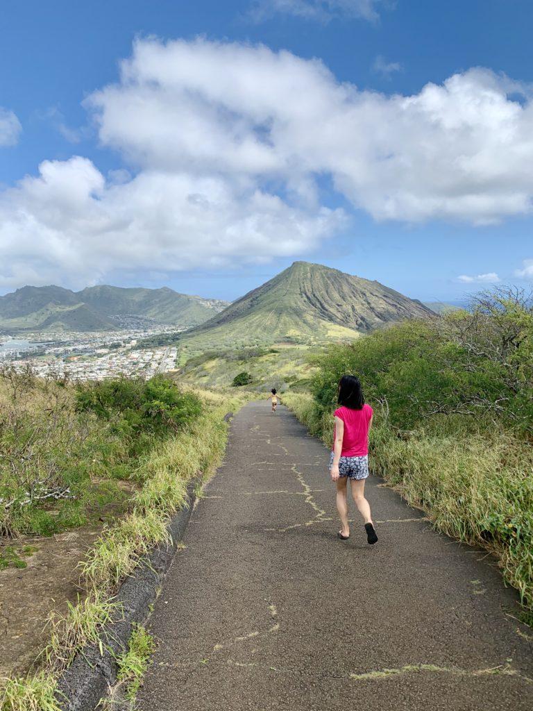 ココヘッドの山に向かって走る娘