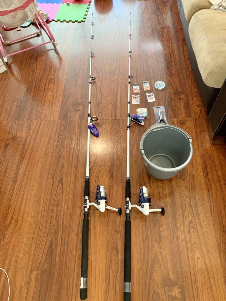 ウォルマートで購入した釣り道具一式 長くて立派な釣竿が二本と大きなバケツもある