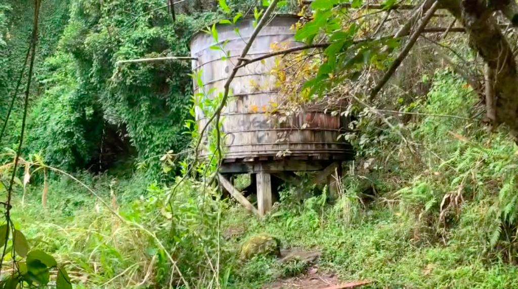 大きなさびれた貯水槽から水がしたたり落ちている