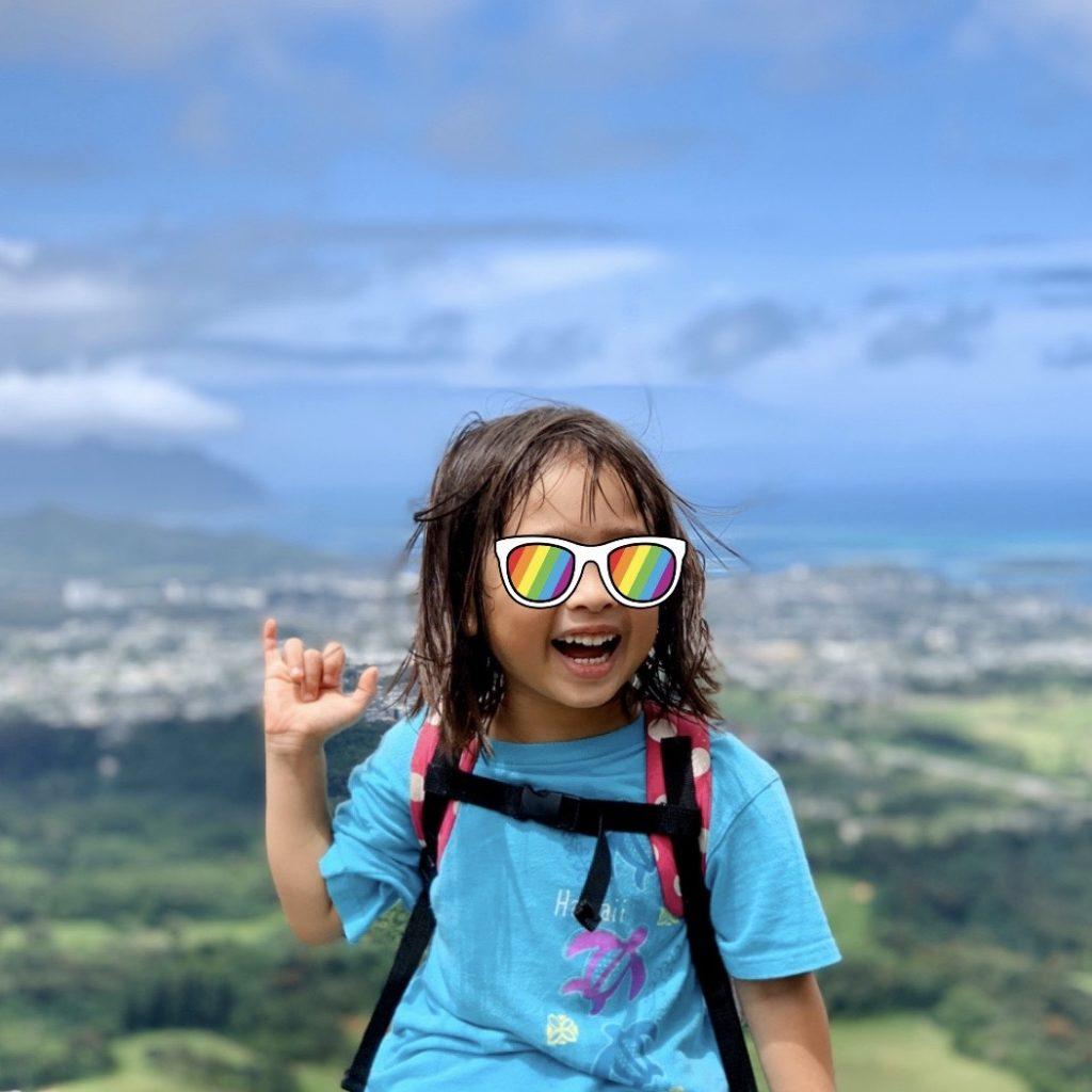 海を背景に撮影した娘