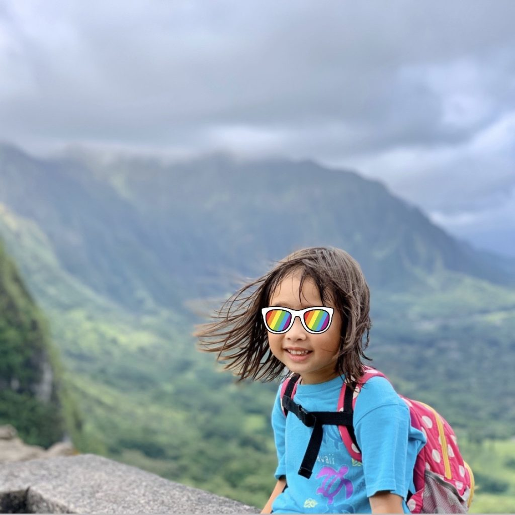 山を背景に撮影した娘