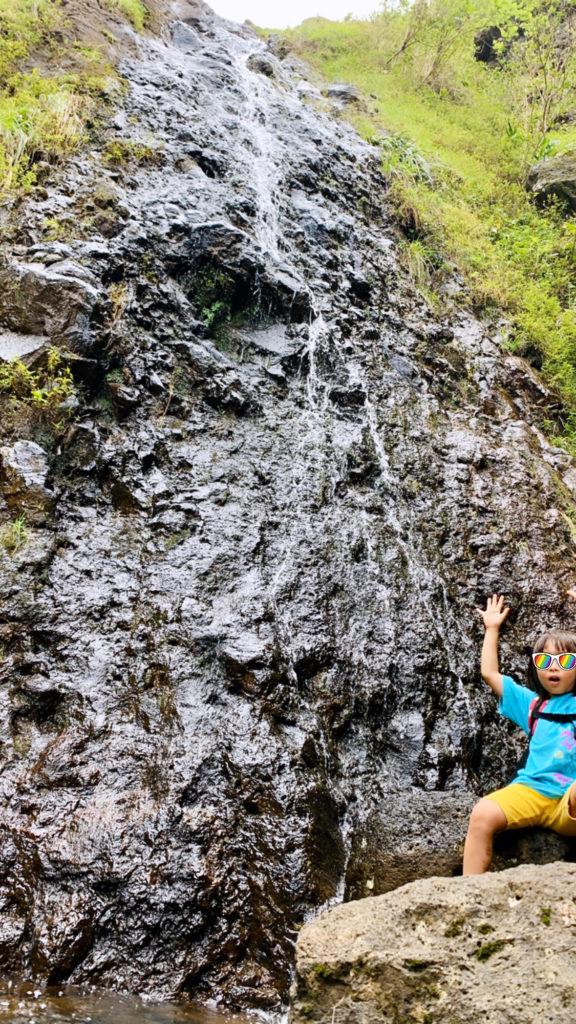 滝の下で写真の写る娘 滝のすぐ前だが水しぶきはまったく飛んでこない