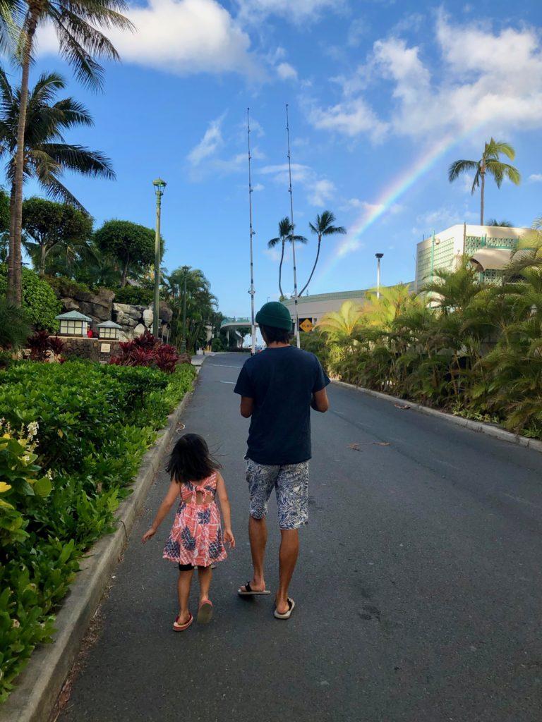 ヒルトン横を歩く私と娘 虹が出ている