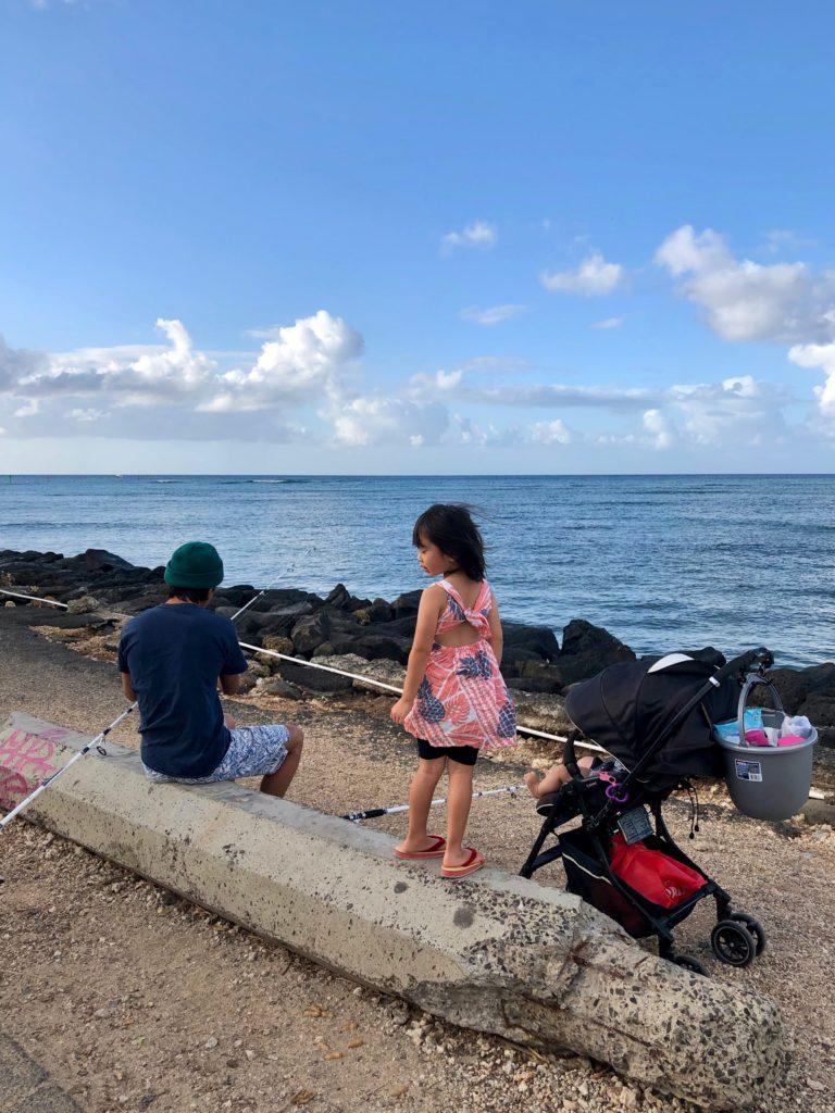 釣りの用意をする私と娘