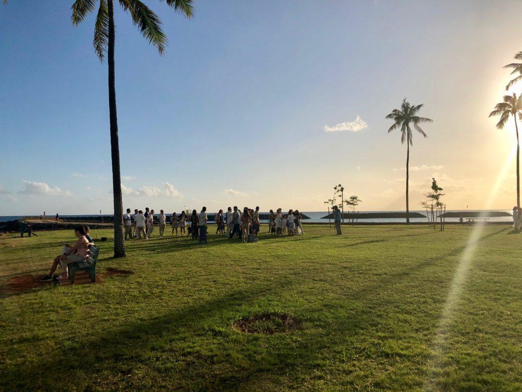 夕日のマジックアイランドに集まる大勢に人々