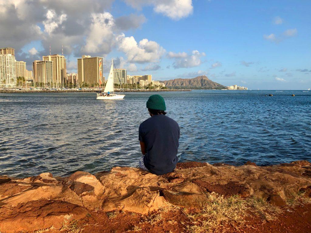 座って釣りをする私の後ろ姿