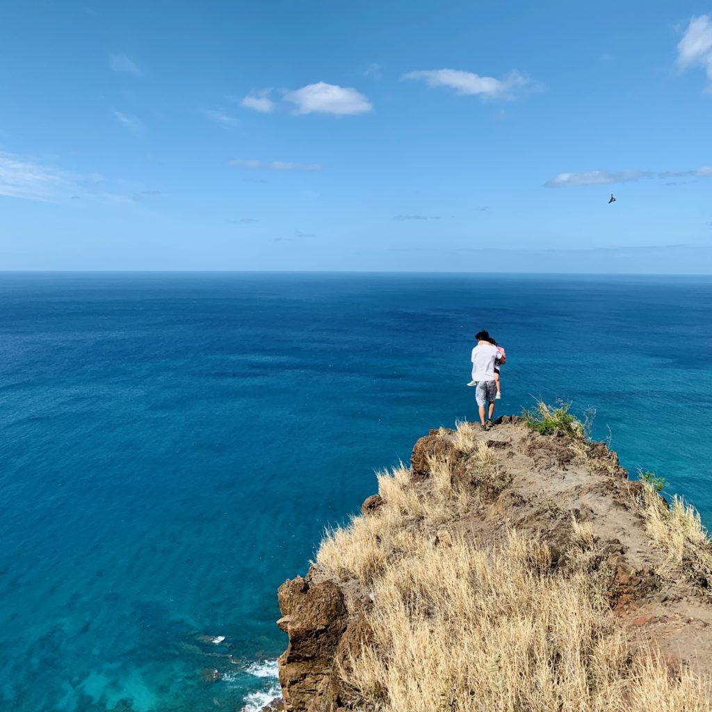 海を背景に崖にいる写真