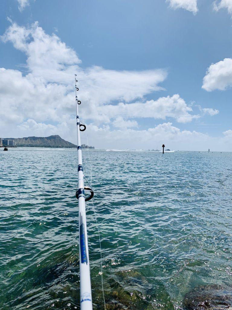 海面まで降りて釣りをする様子 ダイヤモンドヘッドが見える
