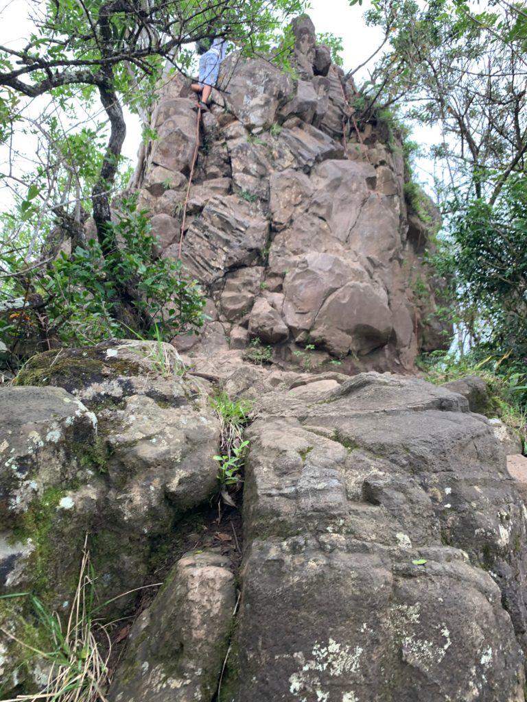 岩を登る私