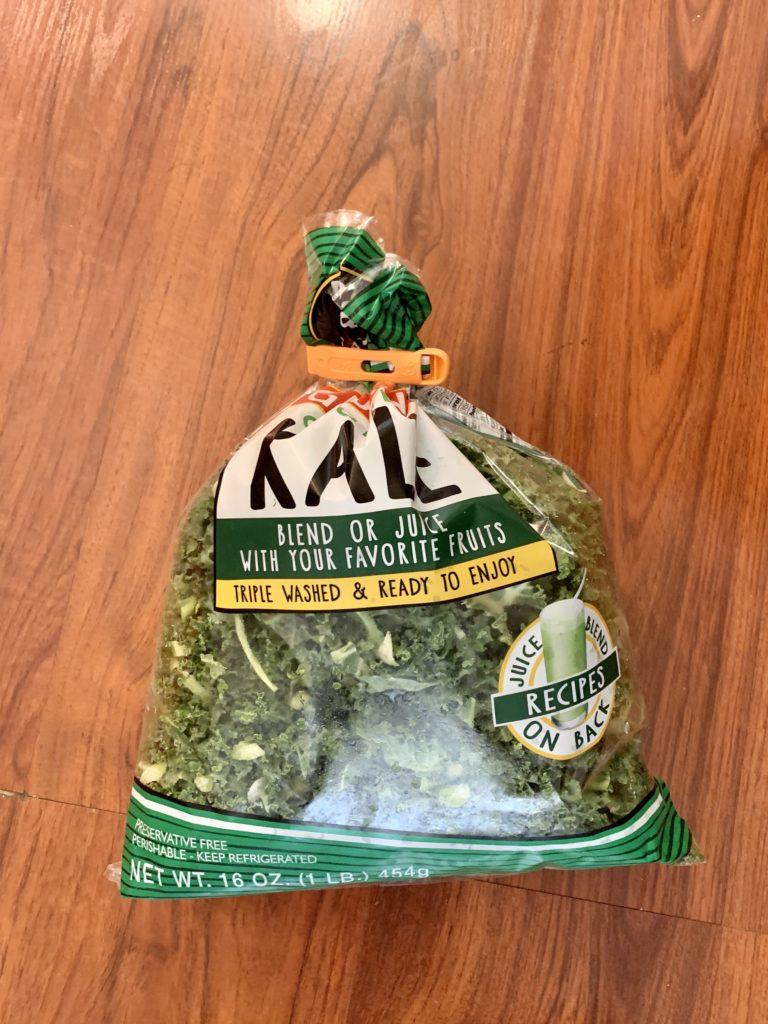 KALEと書かれた大きな袋に葉っぱがたくさん入っている